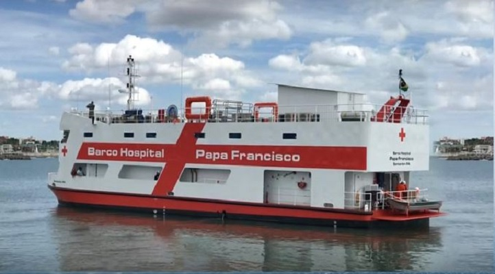 Buque hospital Papa Francisco navega por el Amazonas